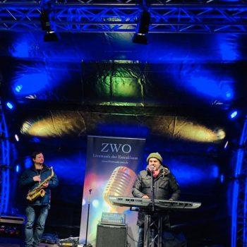 Markus Lingscheid und Saxophonspieler Philipp auf Firmenfeier in Nordrhein-Westfalen auf Open Air Bühne draußen mit Livemusik